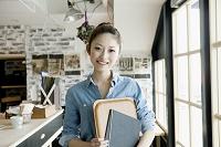 若い日本人女性カフェ店員