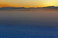 滋賀県 朝霧漂う夜明けの近江平野雪景