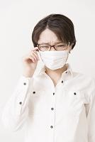 花粉症のマスクをした女性