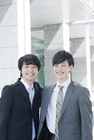 肩を組む笑顔の日本人ビジネスマン