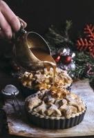 クリスマスアップルパイにキャラメルソースをかける