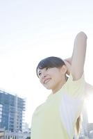 ストレッチをする若い日本人女性