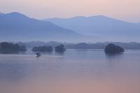 福島県 朝靄の裏磐梯の桧原湖の朝