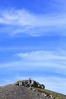 静岡県 富士山 宝永第二火口壁に立つカメラマンと青空