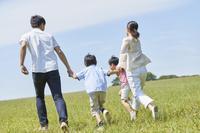 手を繋いで走る日本人家族