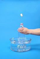 栓をした空のペットボトルをお湯につける