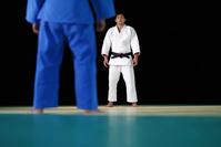 畳の上の男子柔道選手