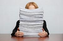 山積みの書類と外国人ビジネスウーマン