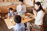 手を合わせる日本人家族