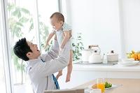 赤ちゃんを抱き上げる父親