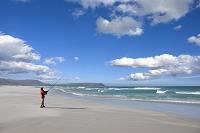 ビーチで釣るシニア男性