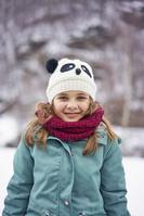 雪の中に立つ女の子
