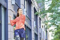準備運動をする日本人女性