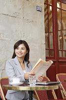 ヨーロッパイメージのカフェで仕事をする日本人女性