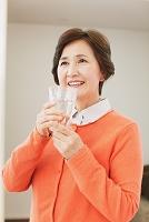 水を飲む日本人のシニア女性