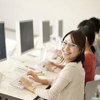 パソコン室で微笑む大学生