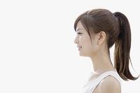 横向きのタンクトップ姿の日本人女性