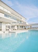 プライベートプールがある白い邸宅