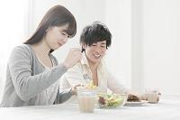 朝食を一緒に摂る20代のカップル