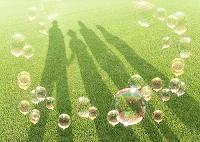 シャボン玉と親子の影