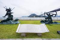 山口県 八艘跳びの源義経像と錨を担いだ平知盛像