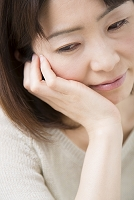 頬杖をつくミドル日本人女性