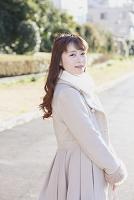 笑顔で振り返る日本人女性