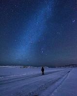 アイスランド 星空の下を歩く男性
