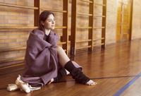 毛布にくるまるダンサーの女性