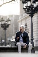 スマートフォンを見るビジネスマン