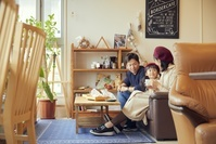 カフェでくつろぐ日本人親子
