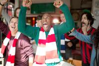 バーでサッカー観戦するサポーター達