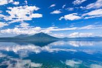 北海道 支笏湖に映る樽前山