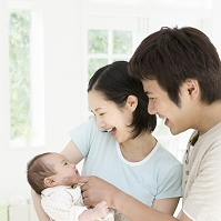赤ちゃんを見る両親