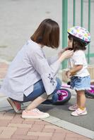 娘にヘルメットをつける母親