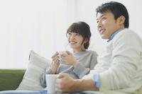 ソファでくつろぐ日本人夫婦