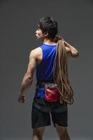 ロープを肩にかける日本人男性選手