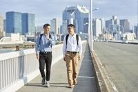 仲間と歩く日本人男性