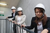 非常階段で避難する女性と男性