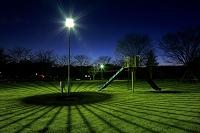 栃木県 街灯の影が不思議な夜の公園