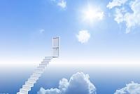 青空に浮かぶ階段とドア CG