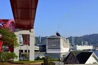 神戸港、神戸大橋とMSC スプレンディダが停泊