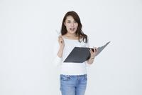 書類を持つ若い日本人女性