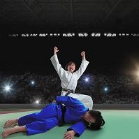 試合をする女子柔道選手