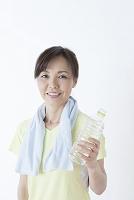 水分補給する50代の日本人女性