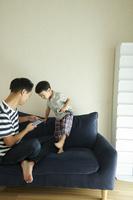 スマートフォンを見る日本人親子