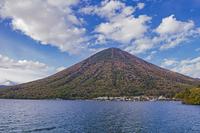 秋の男体山と中禅寺湖 栃木県