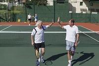 テニスを楽しむシニア