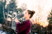 ペットにキスする女の子
