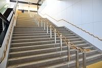 ユニバーサルデザインの階段の手すり